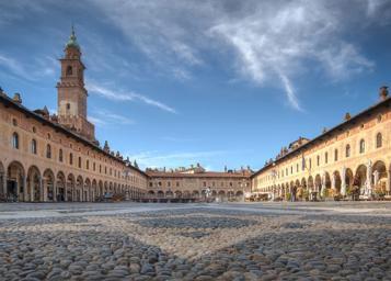 Vista della Piazza ducale di Vigevano con la Torre del castello