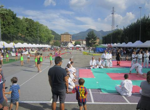 Il Piazzale delle piscine durante una precedente Giornata dello Sport Lumezzanese